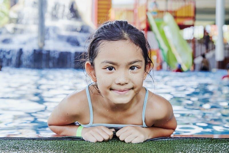 Gelukkig Weinig Aziatisch Meisje bij de Pool royalty-vrije stock afbeelding
