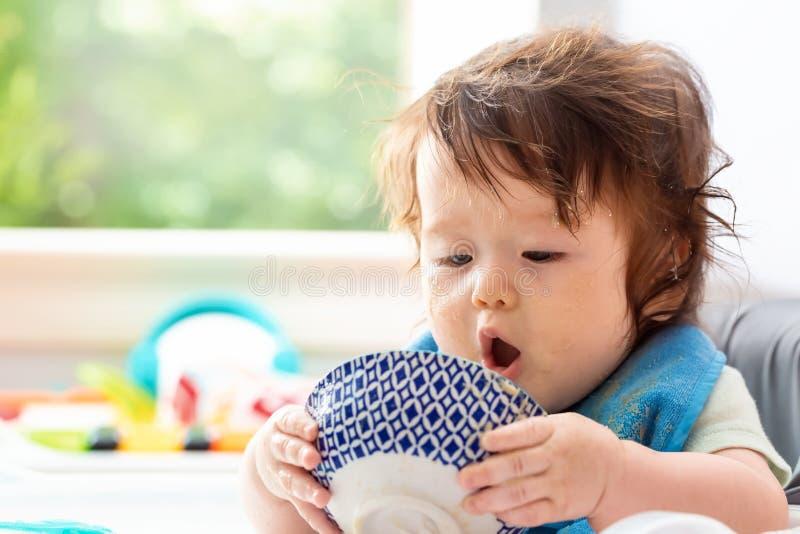 Gelukkig weinig babyjongen die voedsel eten royalty-vrije stock foto's