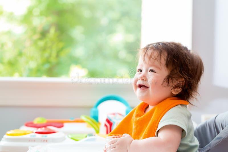Gelukkig weinig babyjongen met een grote glimlach stock afbeeldingen