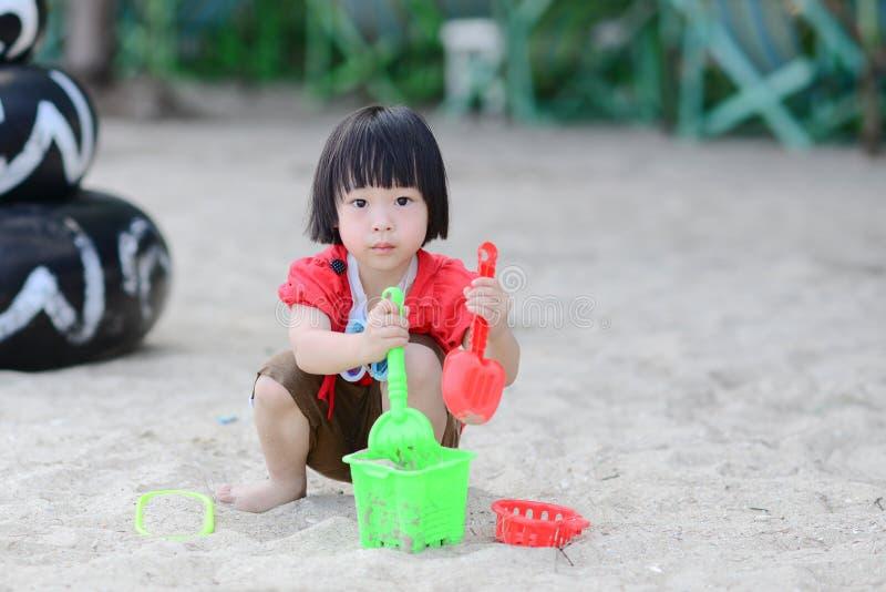 Gelukkig weinig babymeisje het spelen zand op strand stock fotografie