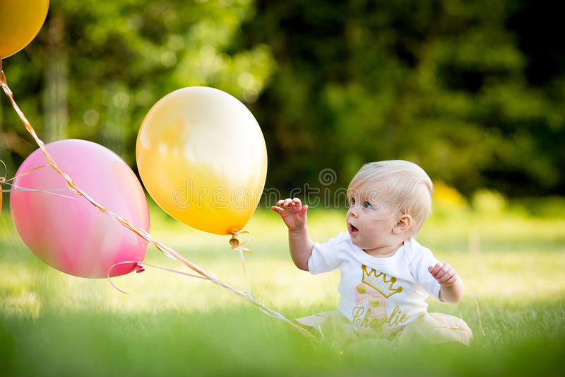 Gelukkig weinig blonde Kaukasisch meisje buiten met ballons stock foto's