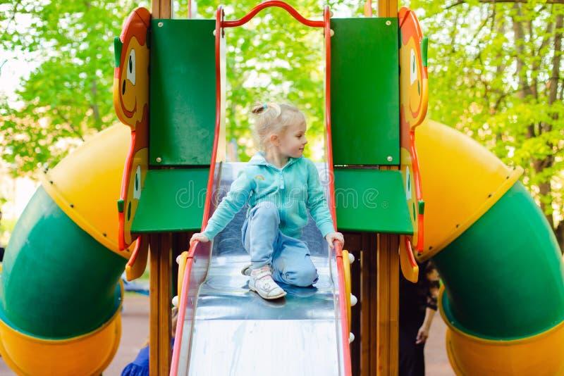 Gelukkig weinig blondemeisje die pret op een speelplaats hebben royalty-vrije stock foto's
