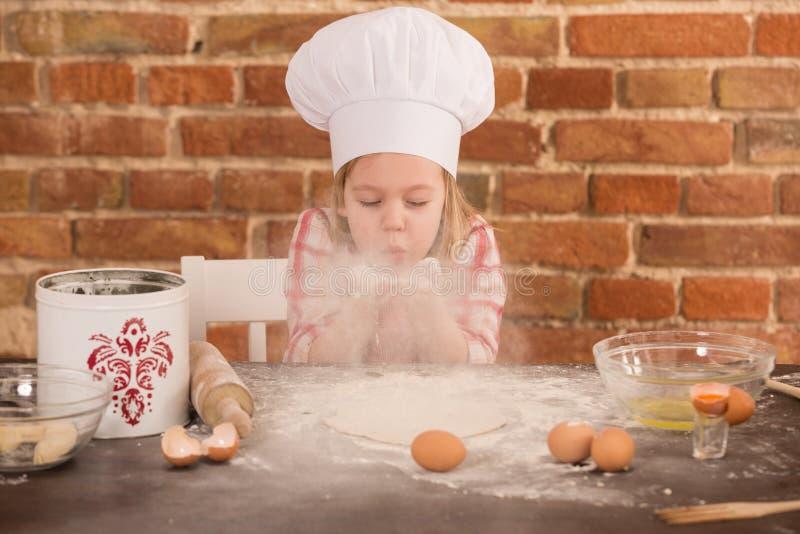 Gelukkig weinig chef-kok in de keuken royalty-vrije stock foto's
