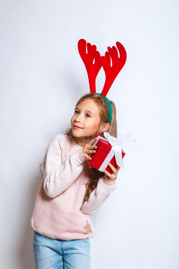 Gelukkig weinig glimlachend meisje met de doos van de Kerstmisgift Gelukkig weinig glimlachend meisje met de doos van de Kerstmis royalty-vrije stock foto