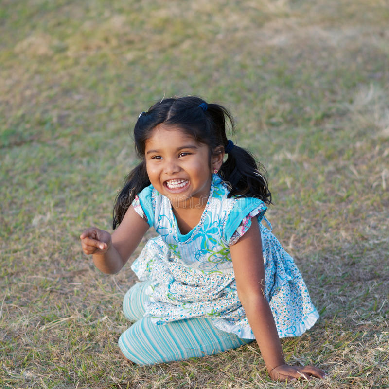 Gelukkig weinig Indisch meisje stock fotografie