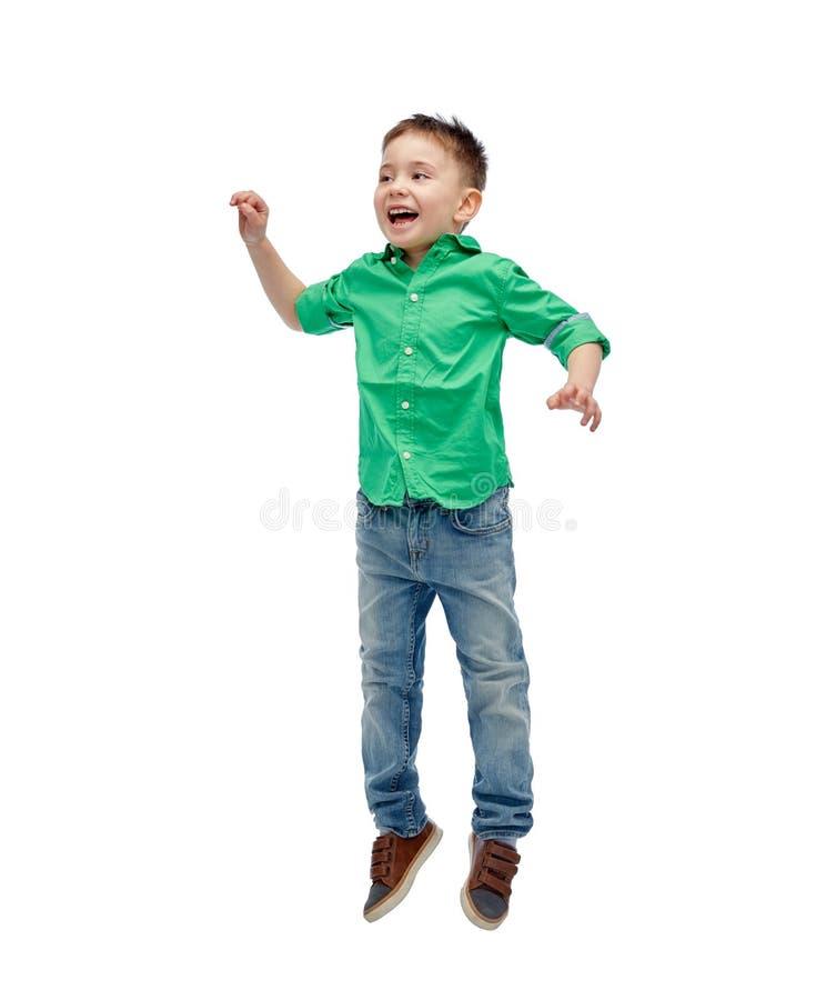 Gelukkig weinig jongen die in lucht springen royalty-vrije stock fotografie
