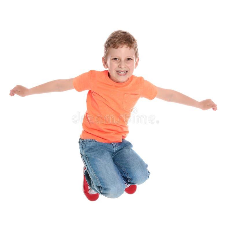 Gelukkig weinig jongen die in toevallige uitrusting op wit springen royalty-vrije stock foto's
