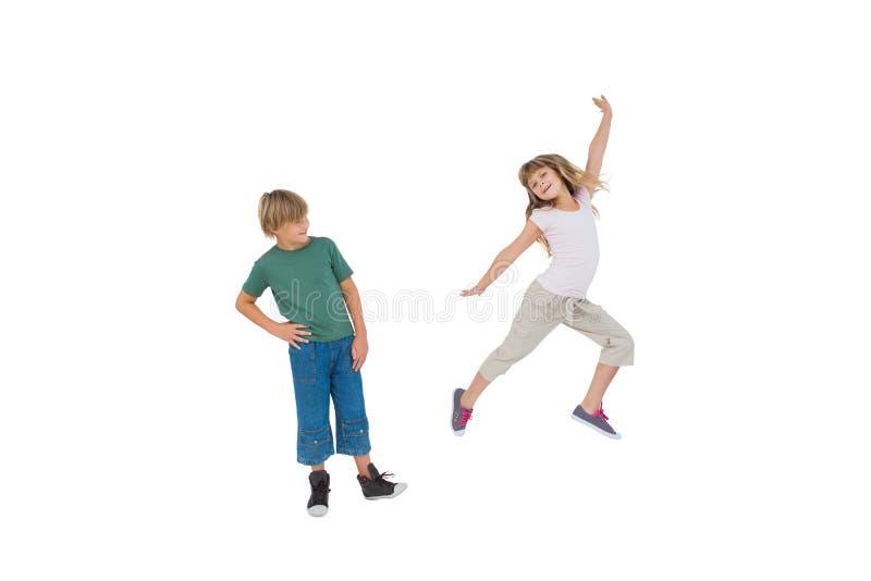 Gelukkig weinig jongen en meisjes het springen stock fotografie