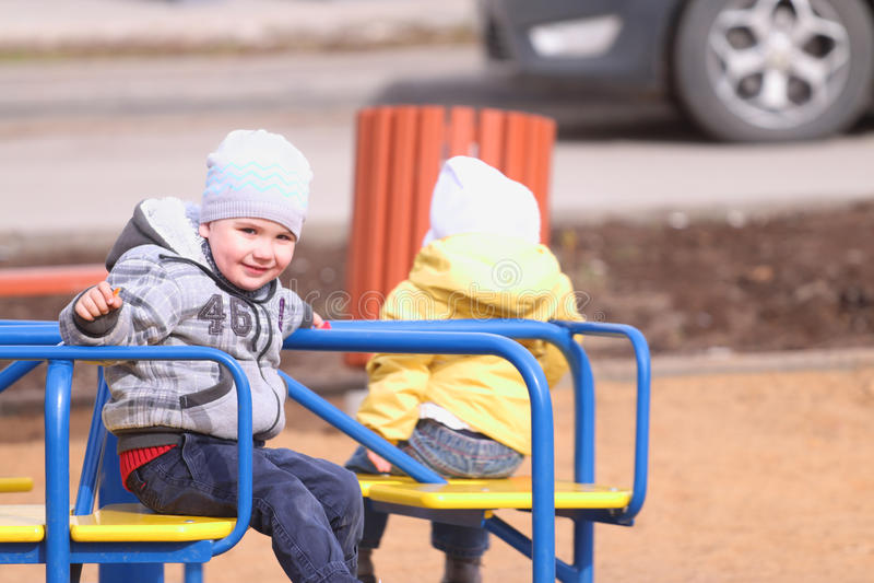 Gelukkig weinig jongen en meisjesrit op kleine carrousel royalty-vrije stock afbeeldingen