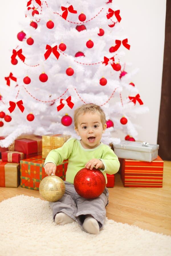 Gelukkig weinig jongen met de grote ornamenten van Kerstmis royalty-vrije stock foto