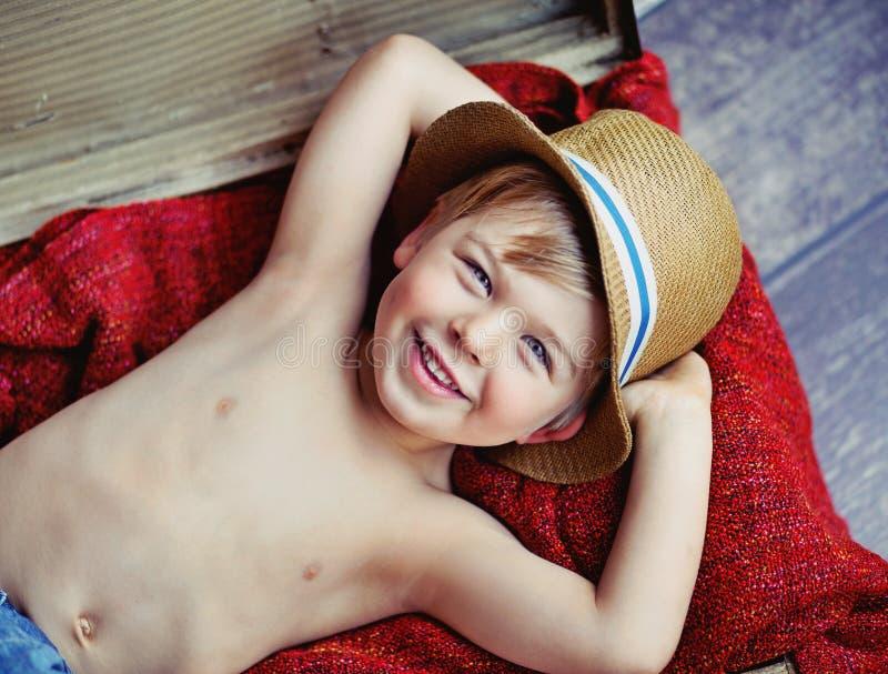 Gelukkig weinig jongen met hoed stock afbeeldingen