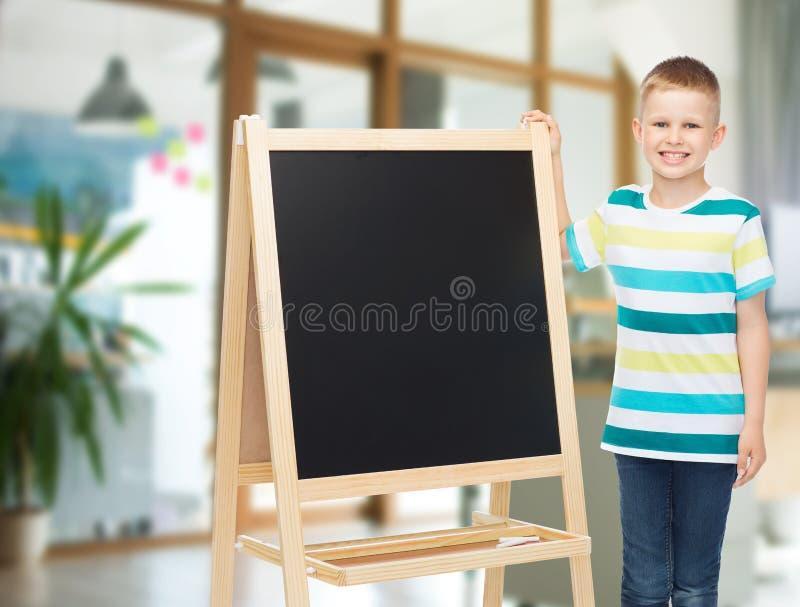 Gelukkig weinig jongen met leeg bord stock afbeeldingen