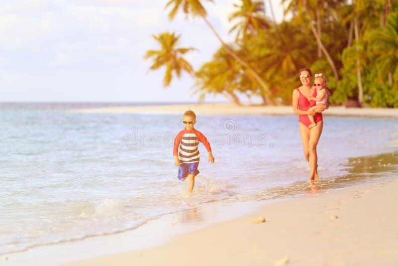 Gelukkig weinig jongen met moeder en zuster die lopen stock afbeelding