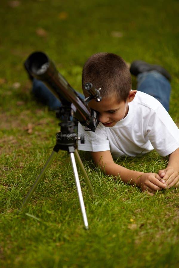 Gelukkig weinig jongen met telescoop royalty-vrije stock foto's