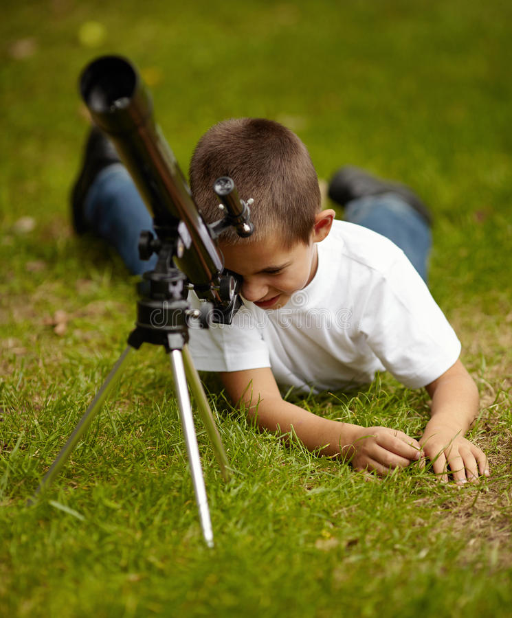 Gelukkig weinig jongen met telescoop royalty-vrije stock afbeelding