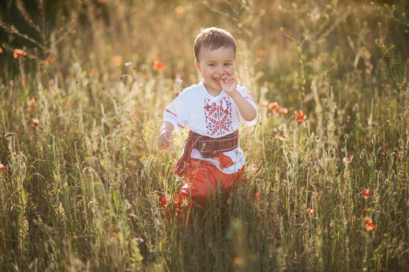 gelukkig weinig jongen in Oekraïense slijtage royalty-vrije stock afbeelding