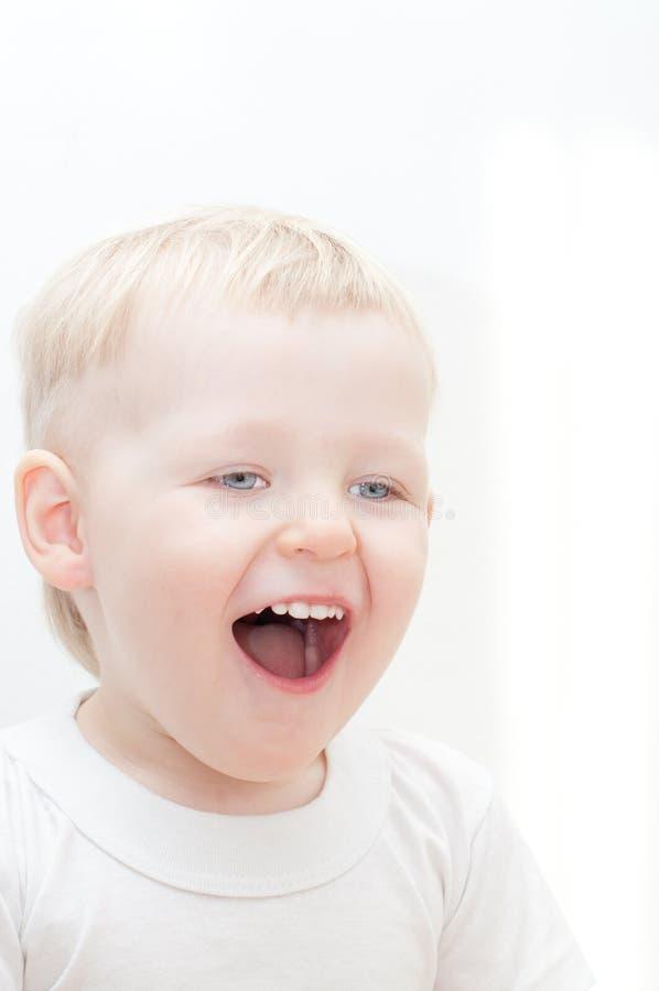 Gelukkig weinig lachende jongen stock afbeeldingen