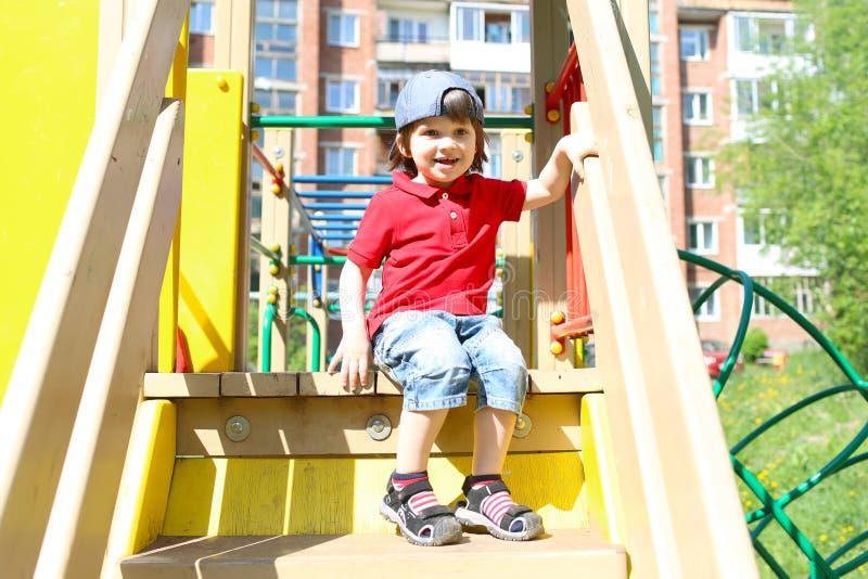 Gelukkig weinig jongen op playpit in de zomer royalty-vrije stock afbeelding