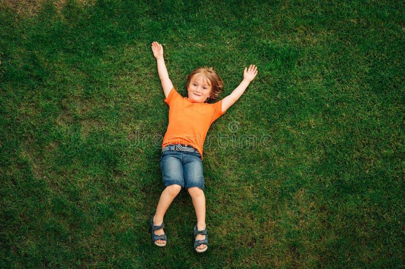 Gelukkig weinig jongen van jaar 4-5 het oude spelen met kleurrijke ballons royalty-vrije stock afbeelding