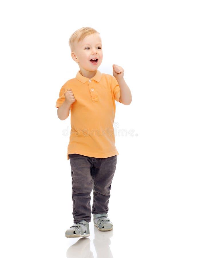 Gelukkig weinig jongen in vrijetijdskleding stock fotografie