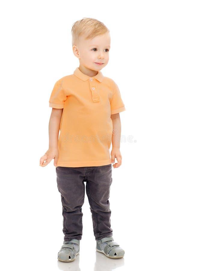 Gelukkig weinig jongen in vrijetijdskleding royalty-vrije stock foto