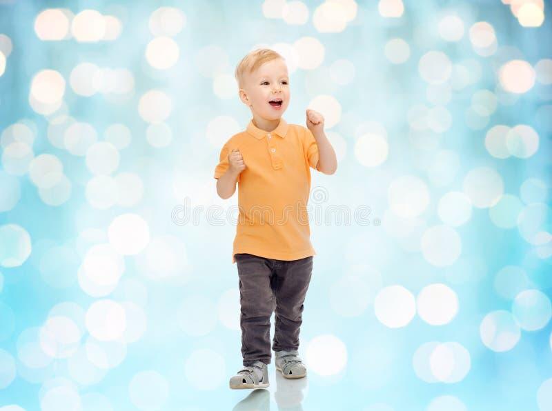 Gelukkig weinig jongen in vrijetijdskleding stock foto's