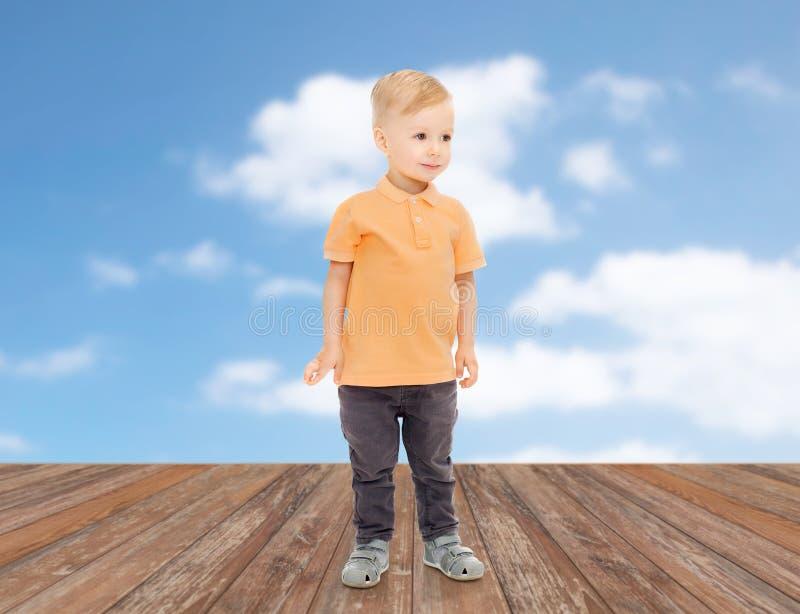 Gelukkig weinig jongen in vrijetijdskleding royalty-vrije stock fotografie