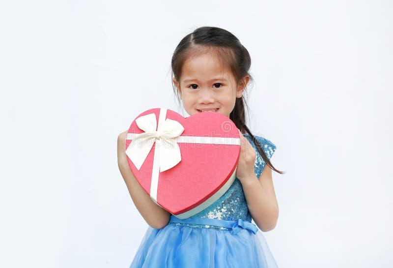 Gelukkig weinig kindmeisje met de rode die doos van de hartgift op witte achtergrond wordt geïsoleerd de Dag van conceptenvalenti stock afbeeldingen