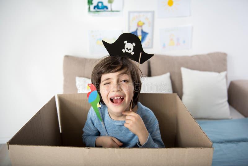 Gelukkig weinig piraat die binnen spelen stock afbeeldingen