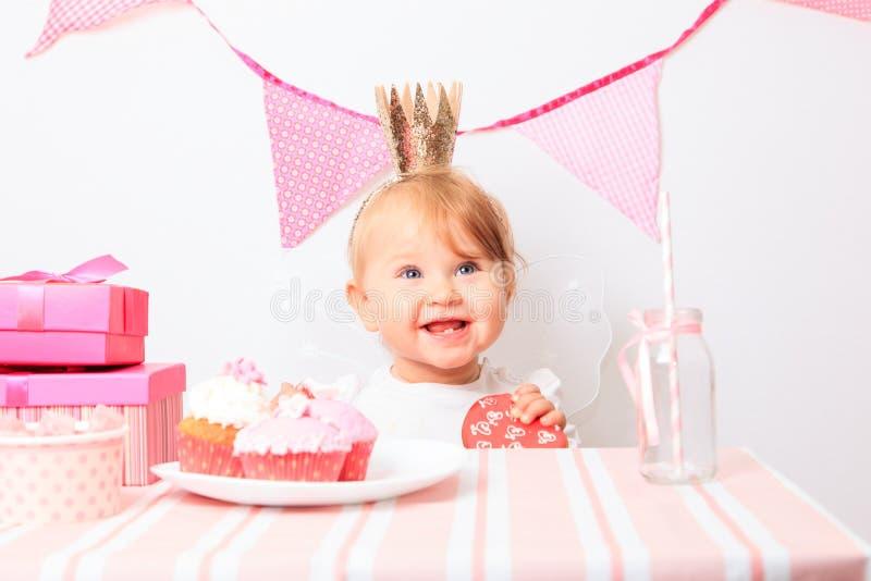 Gelukkig weinig prinses bij meisjespartij royalty-vrije stock fotografie