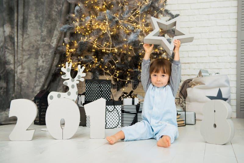 Gelukkig weinig ster Nieuwjaar 2018, Kerstmis Het glimlachende grappige meisje van de twee éénjarigenbaby stock foto's