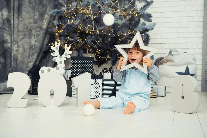 Gelukkig weinig ster Nieuwjaar 2018, Kerstmis Het glimlachende grappige meisje van de twee éénjarigenbaby royalty-vrije stock foto
