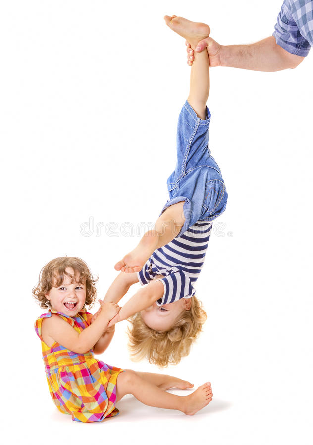 Gelukkig weinig zuster en broer het spelen stock afbeelding