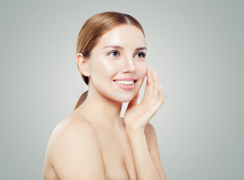 Gelukkig woman spa modelportret Glimlachend meisje met gezonde duidelijke huid op wit royalty-vrije stock afbeelding