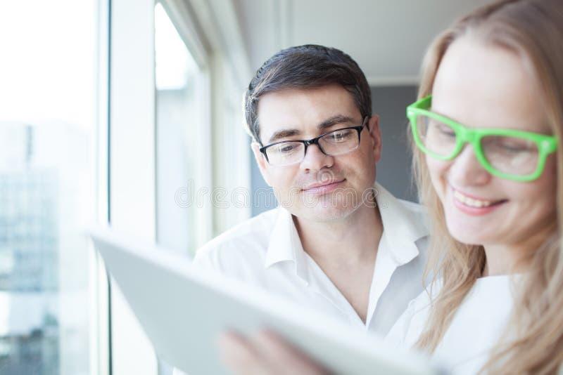 Gelukkig zakenlui die met tabletpc werken in royalty-vrije stock afbeeldingen