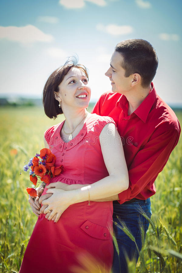 Gelukkig zwanger paar royalty-vrije stock afbeelding