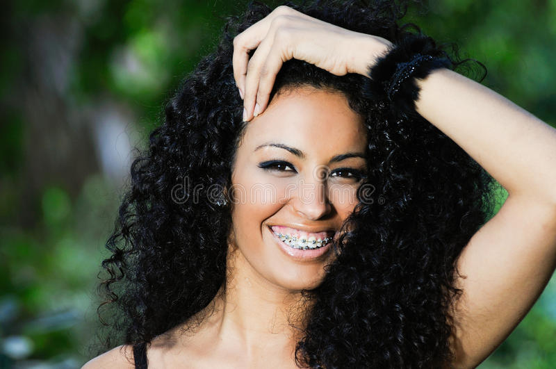 Gelukkig zwart meisje met steunen royalty-vrije stock foto's