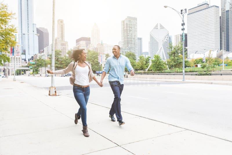 Gelukkig zwart paar die pret samen in Chicago hebben stock foto's