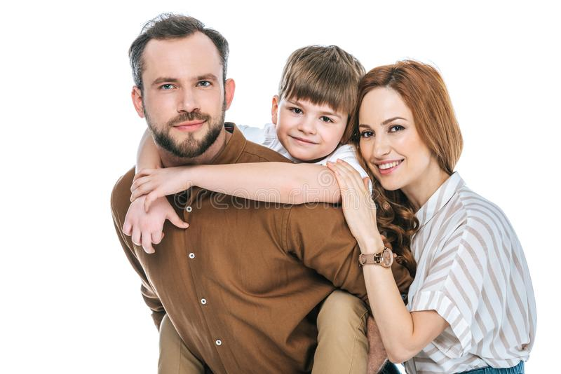 gelukkige aanbiddelijke ouders met weinig zoon die bij camera glimlachen royalty-vrije stock foto