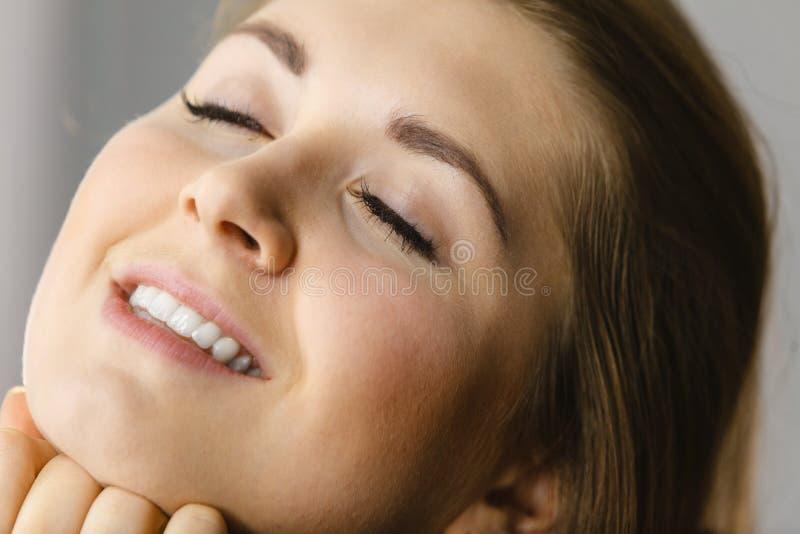 Gelukkige aantrekkelijke jonge vrouw met perfecte huid stock afbeeldingen