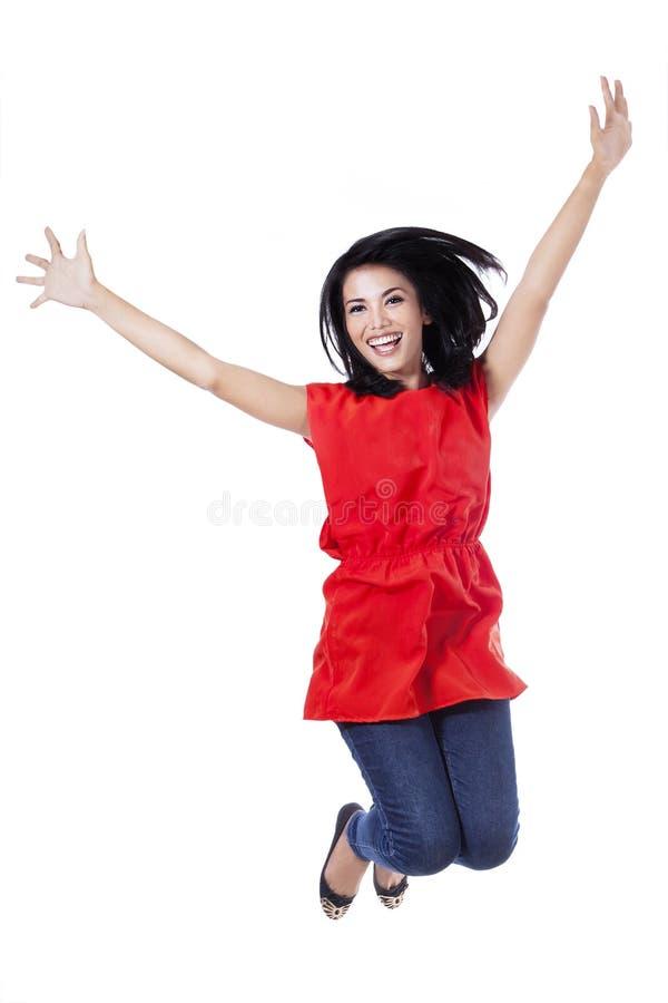 Gelukkige aantrekkelijke vrouw die in de lucht springen stock afbeeldingen