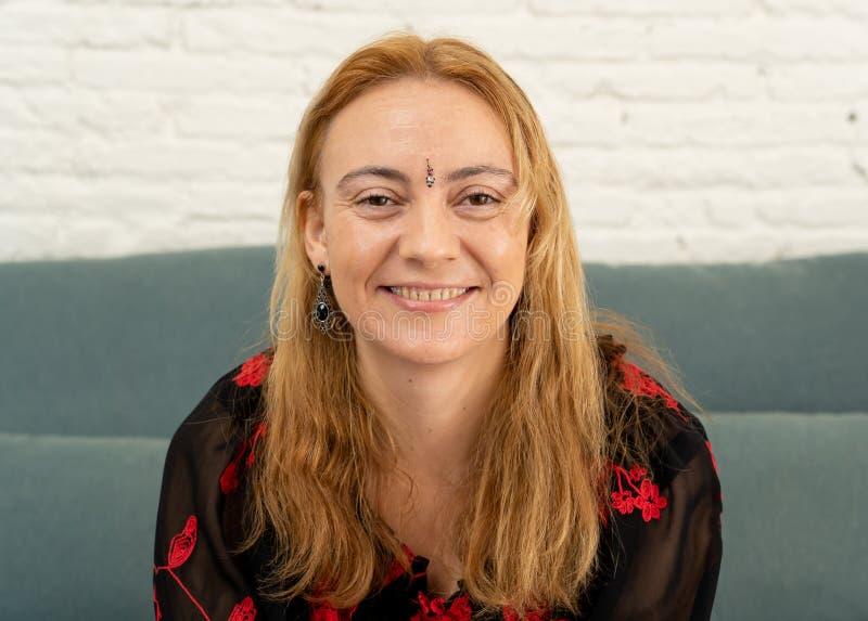 Gelukkige aantrekkelijke vrouw met bindi in voorhoofdsymbool van derde oogchakra in Yoga en mindfulness royalty-vrije stock foto