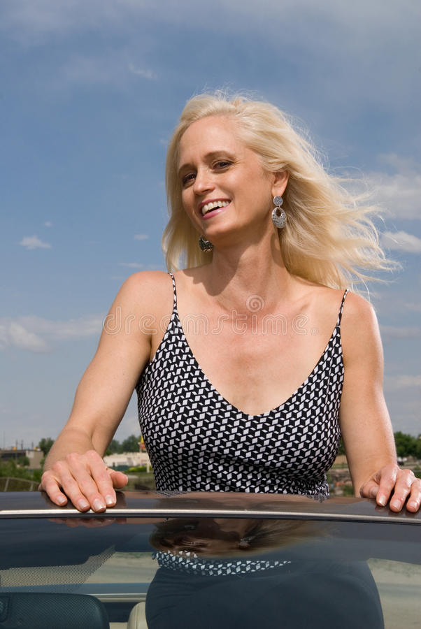 Gelukkige aantrekkelijke vrouw op vakantie royalty-vrije stock foto
