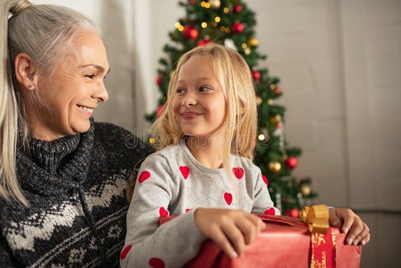 Gelukkige aanwezige Kerstmis van de meisjesholding royalty-vrije stock foto