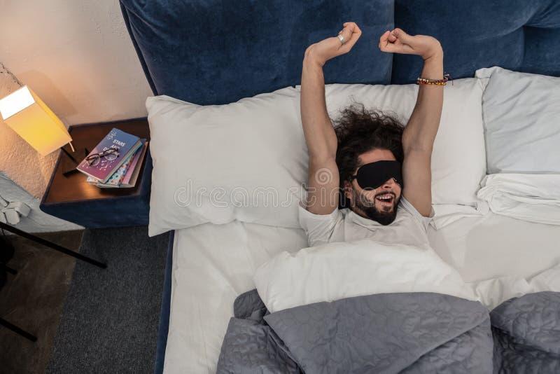 Gelukkige aardige mensenontwaken in de ochtend stock afbeeldingen