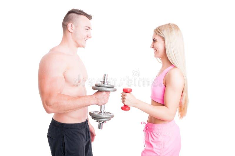 Gelukkige actieve en sportieve paar het opheffen gewichten samen royalty-vrije stock foto