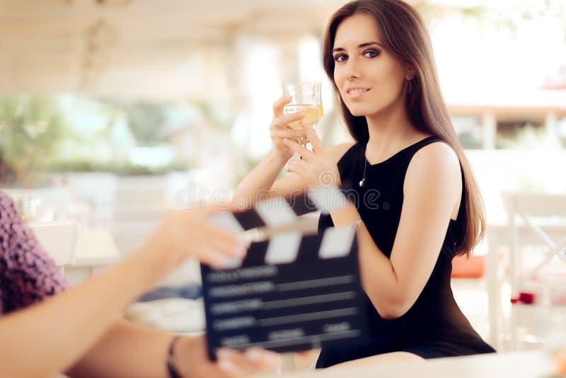 Gelukkige Actrice die een Glas in Filmscène houden stock afbeeldingen