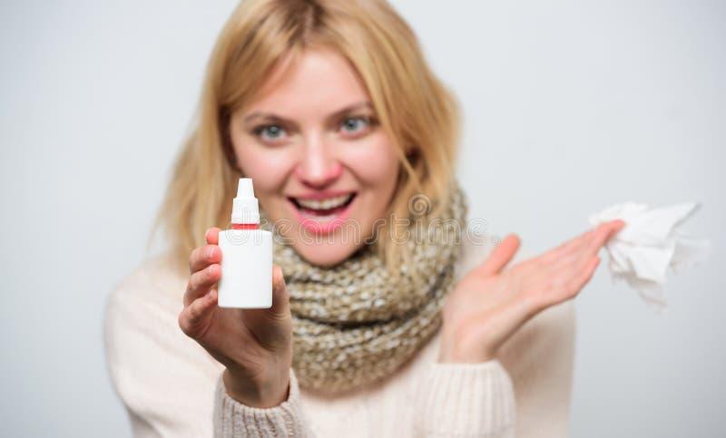 Gelukkige ademhaling Ziek vrouwen bespuitend medicijn in neus Ongezond meisje met lopende neus die neusnevel gebruiken treating royalty-vrije stock afbeeldingen