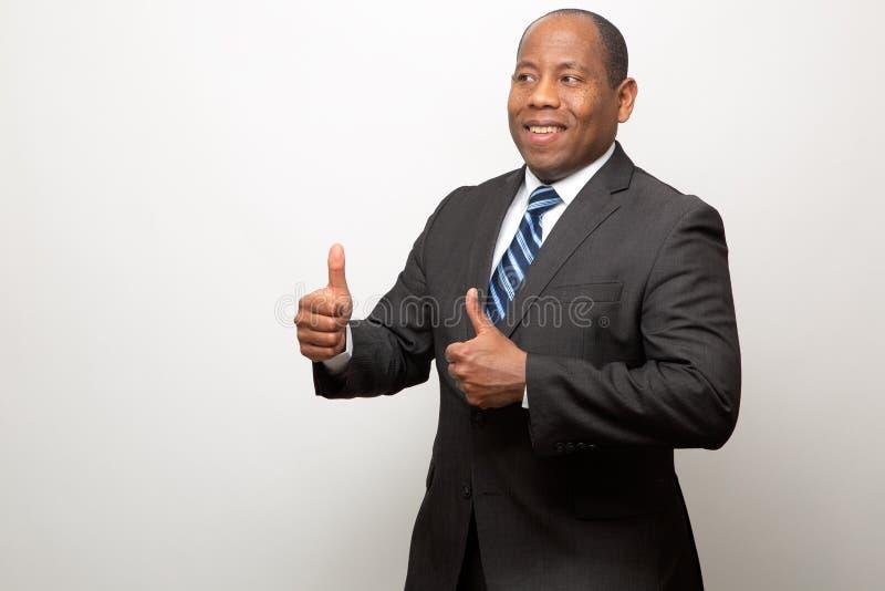 Gelukkige Afrikaanse Amerikaanse Bedrijfsmens die Twee Duimen opgeven stock afbeelding