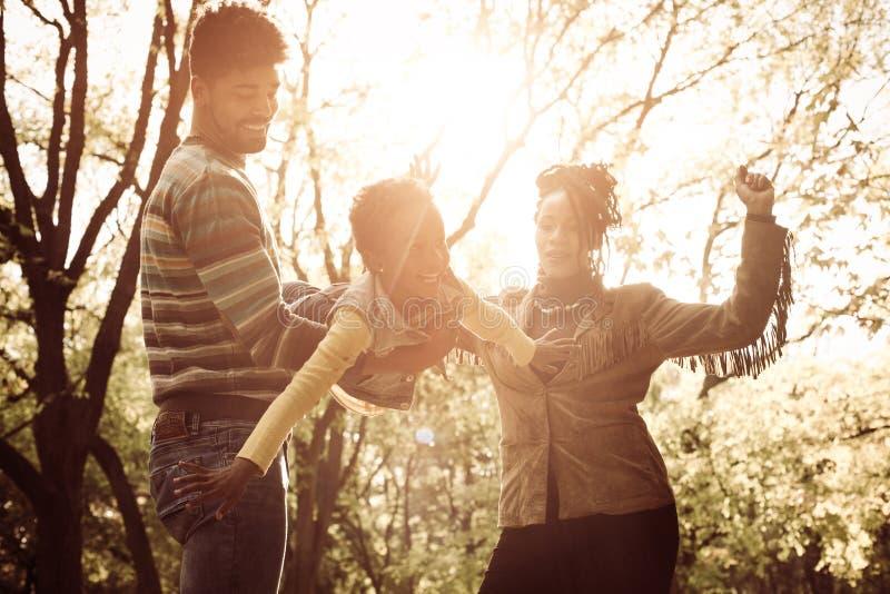 Gelukkige Afrikaanse Amerikaanse familie die van in park samen genieten stock afbeeldingen